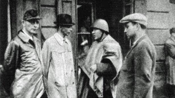 """Generał """"Bór"""" (drugi z lewej) i pułkownik """"Radosław"""" (następny) na odprawie na Woli – okolice fabryki Kammlera 4.08.1944 - fot. Wikimedia"""