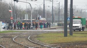 Tramwaje nie jeżdżą, pasażerowie zdezorientowani. Reporter w roli informatora