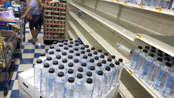 Mieszkańcy Florydy szturmują sklepy przed atakiem huraganu