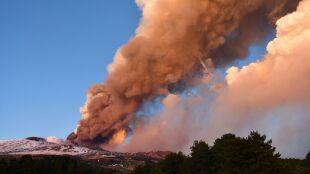 Spektakularna erupcja Etny. Nad kraterem wzbiły się kłęby dymu