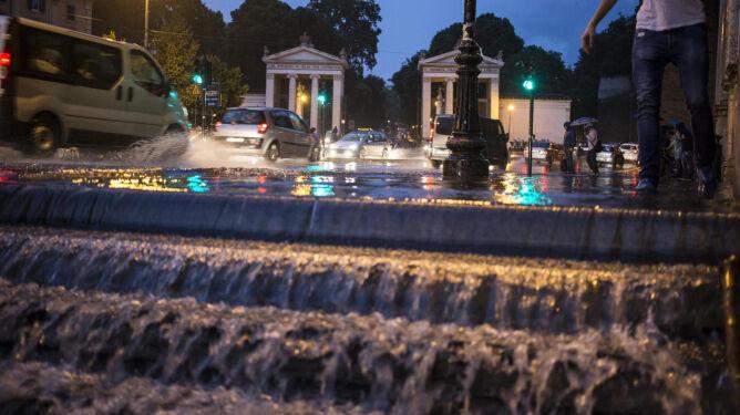 Paraliż komunikacyjny stolicy Włoch: woda zalała metro i obwodnice